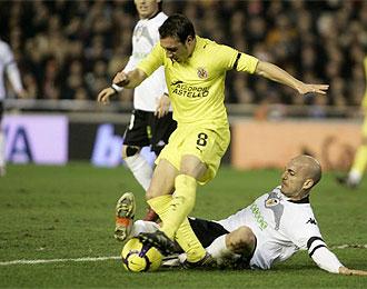 Cazorla aguanta una entrada de Bruno en el �ltimo derby auton�mico contra el Valencia