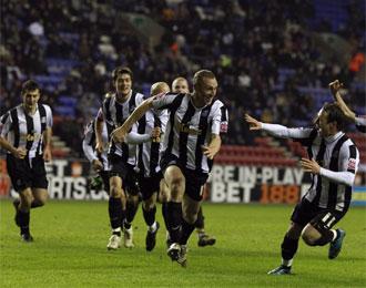 Los jugadores del Notts Couty celebran el gol de Hunt.