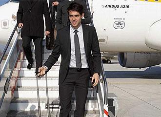 Kak�, tras un vuelo con el Real Madrid.