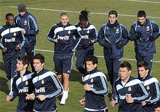 Varios de los jugadores del filial corren junto a los de la primera plantilla en el entrenamiento de este mi�rcoles.