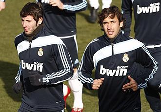 Esteban Granero y Ra�l realizan carrera continua este mi�rcoles durante el entrenamiento del Real Madrid.
