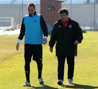 Borja camina junto a On�simo durante un entrenamiento del Valladolid