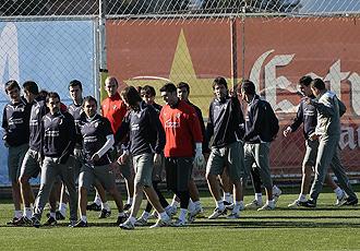 Parte de la plantilla del Villarreal charla antes de dar comienzo un entrenamiento.