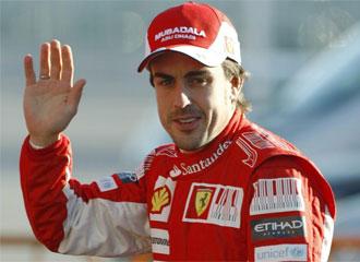 Fernando Alonso saluda a los aficionados de Cheste.