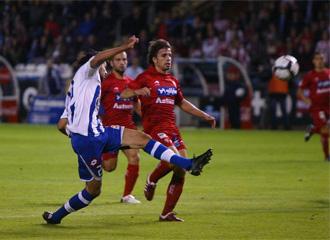 Rivera pelea por un bal�n con Lassad en el encuentro entre Sporting y Deportivo de esta temporada
