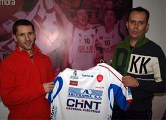 Justo C�ceres posa con la camiseta de su nuevo equipo, Arcebansa Chint Zamora