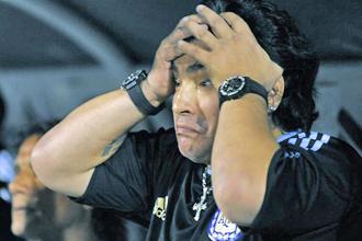 Diego Armanndo Maradona se lleva las manos a la cabeza durante un partido de la selecci�n argentina.