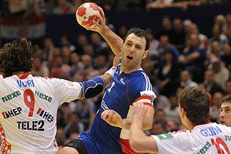 Jerome Fern�ndez intenta el lanzamiento ante Croacia