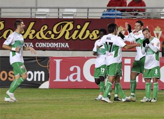 Los jugadores del Elche celebran un gol