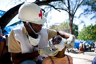 Un miembro de la Cruz Roja atiende a un ni�o herido.
