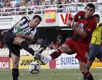 Serrano tapa un disparo de Toch� en el partido de ida jugado en Cartagena.