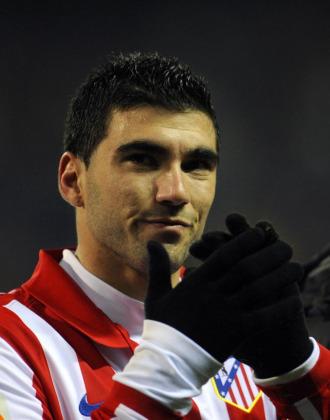 Jos� Antonio Reyes aplaude al p�blico antes de abandonar el campo.