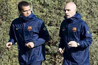 Dani Alves hace carrera contin�a junto a uno de los fisios del Barcelona en un entrenamiento de esta semana