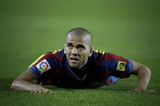 Alves, tendido en el terreno de juego.