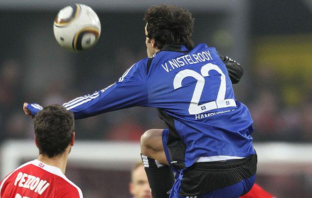 Van Nistelrooy salta a por un bal�n en su debut con el Hamburgo
