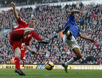 Dirk Kuyt dio la victoria al Liverpool en el derbi