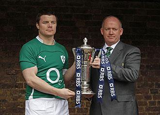 El jugador irland�s Brian O'Driscoll posa con el trofeo del Seis Naciones de 2010.