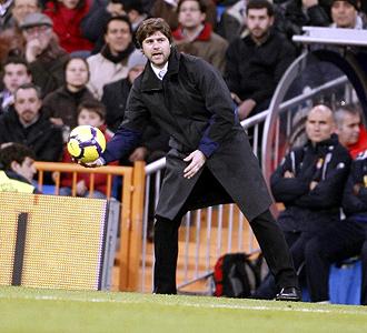 Pochettino entrega un bal�n durante la visita del Espanyol al Santiago Bernab�u.