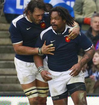 El centro franc�s Mathieu Bastareaud es felicitado por un compa�ero despu�s de anotar uno de los dos ensayos que le dieron la victoria a Francia en Murrayfield