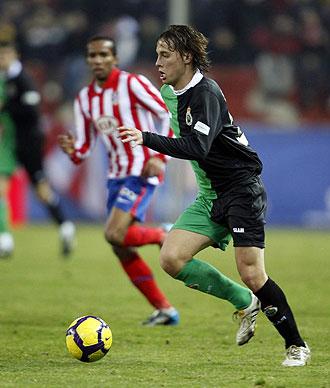 Canales conduce el bal�n en el �ltimo partido de Copa en presencia de Assun�ao.