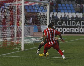 Guilherme en el momento de golpear al bal�n en el tercer gol ante el Sporting.