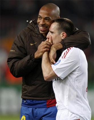 Henry y Ribery charlan al t�rmino de un encuentro de la pasada temporada.