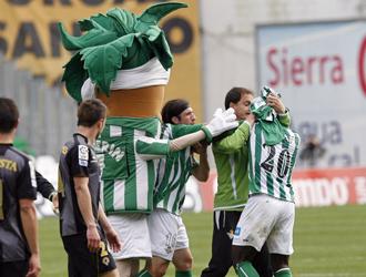 Varios compa�eros separan a Emana al t�rmino del partido ante el H�rcules.