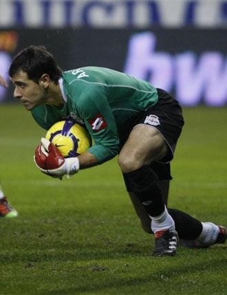Aranzub�a bloquea un bal�n durante un partido