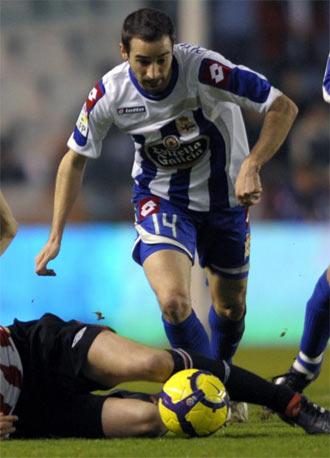 Pablo �lvarez intenta superar a un rival durante un partido