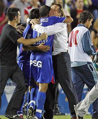 Cotelo y Schuster se abrazan tras la remontada en Copa al Bar�a en 2007