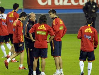 Del Bosque habla con Cesc, Puyol y Piqu�.
