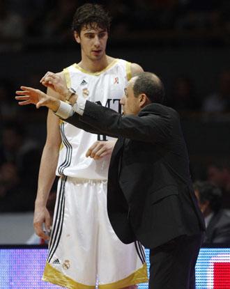 Messina, dando instrucciones a Ante Tomic en el choque ante Unicaja.