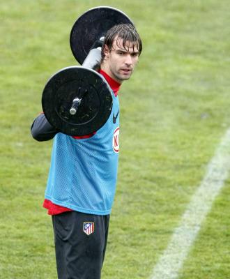 Valera hace un ejercicio en un entrenamiento.