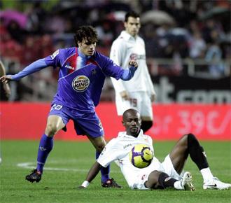 Pedro Le�n y Zokora pelean por un bal�n en el partido de ida.