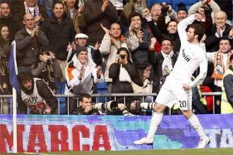 Gonzalo Higua�n celebra junto a un c�rner el gol que marc� el s�bado contra el Espanyol