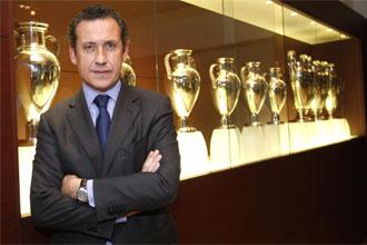 Valdano posa con kas nueve Coaps de Europa del Real Madrid.