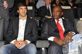 Ra�l junto a Vusi Bruce Koloane, embajador de Sud�frica en Espa�a, esperando a que comience la pel�cula.