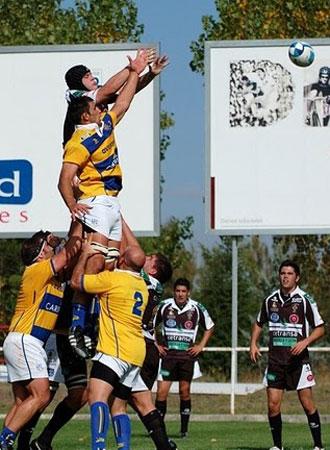 """Tom�s Vallejos, en la imagen saltando una 'touche' con el Parma frente a El Salvador, reconoce que """"no me quedaba otra que jugar al rugby en este club, el 'Loga', pues mis abuelos fueron fundadores y de peque�o yo viv�a all�, literalmente dentro del club""""."""