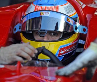 Alonso, a los mandos de su Ferrari en Cheste.