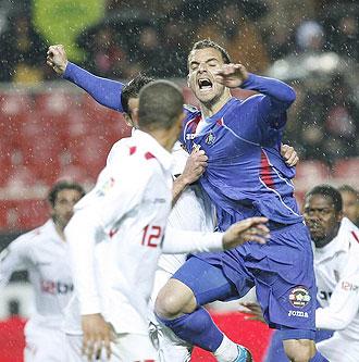 Soldado intenta cabecear un bal�n en el partido de ida en Sevilla.