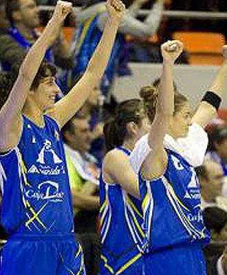 Las jugadoras del Halc�n Avenida levantan los brazos en se�al de victoria