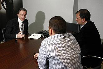 Jesús García Pitarch, con los redactores de MARCA de espaldas, en un momento de la entrevista