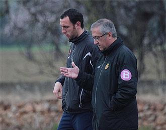 Ramis habla con Manzano durante un entrenamiento del Mallorca.