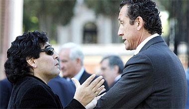 Maradona charla con Valdano
