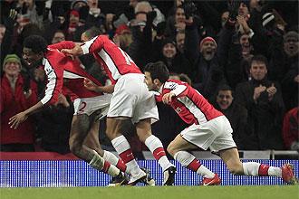 Los jugadores del Arsenal celebran el tanto de Diaby