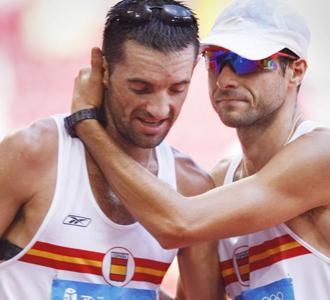 Molina abraza a Paquillo tras la prueba de 20 km. marcha en Pek�n.