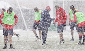 Una intensa nevada condicion� el entrenamiento de Osasuna este juves.