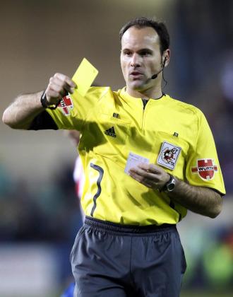 Mat�u Lahoz mostrando una cartulina amarilla.