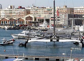 Alinghi, en el puerto de Valencia