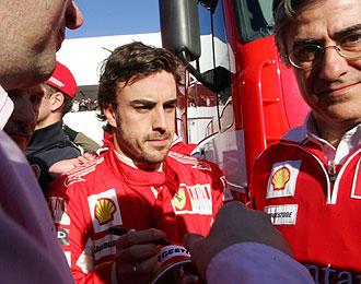 Alonso firma una gorra en Jerez